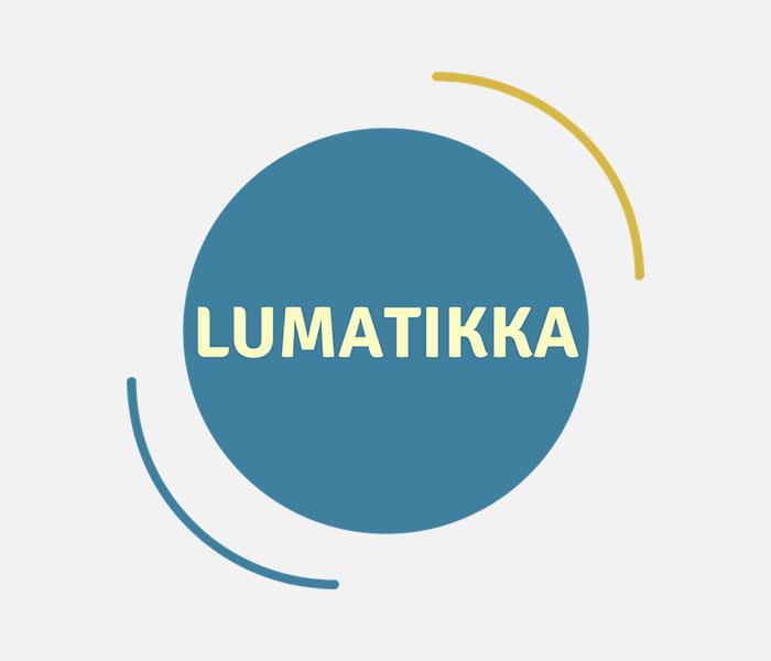 LUMATIKKA logo joka koostuu sinertävästä pallosta, jonka keskellä lukee lumatikka.